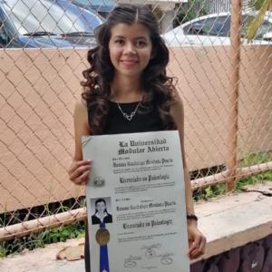 Roxana sosteniendo su título universitario